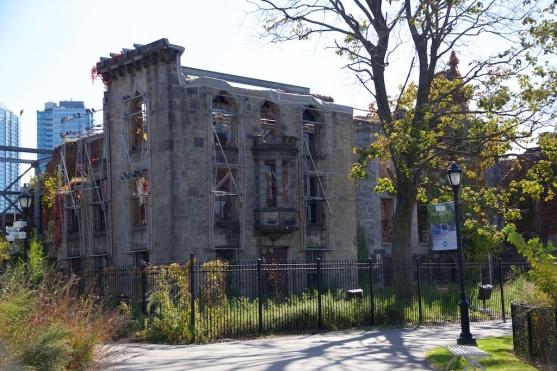 Reruntuhan Smallpox Hospital yang menjadi cagar budaya