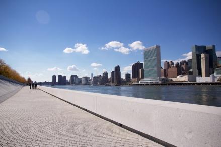 Markas UN kelihatan dari taman