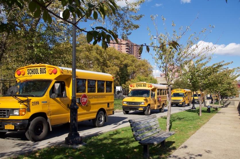 Bus sekolah yang melayani public school di pulau